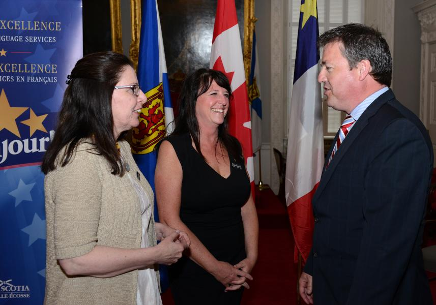 Acadian Affairs Minister Michel Samson with Bonjour! Award winners Patricia Fricker-Bates and Kelly Besler. // Michel Samson, ministre des Affaires acadiennes, avec les lauréates des prix Bonjour! Patricia Fricker-Bates et Kelly Besler.
